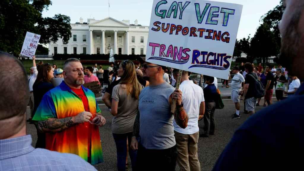Una manifestación en apoyo a los transexuales en frente de la Casa Blanca.
