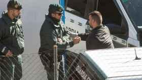 Agentes de la Guardia Civil conversan con el padre de Julen