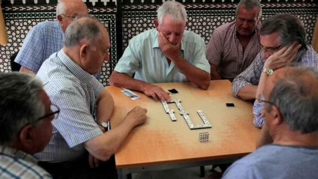 Jubilados jugando al dominó en una residencia