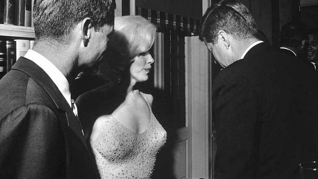 Una de las escasísimas fotos en las que coinciden JFK y Marilyn en público. Wikimedia Commons.