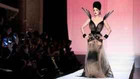 Modelo con uno de los nuevo diseños de Jean Paul Gaultier.