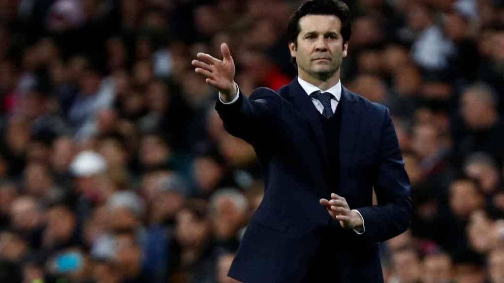 Santiago Solari da órdenes a los jugadores del Real Madrid desde la banda