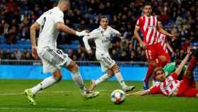Karim Benzema empuja el balón a la red de la portería del Girona