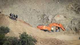 Los mineros, cerca de la boca del pozo, por el que tienen que llegar hasta Julen.