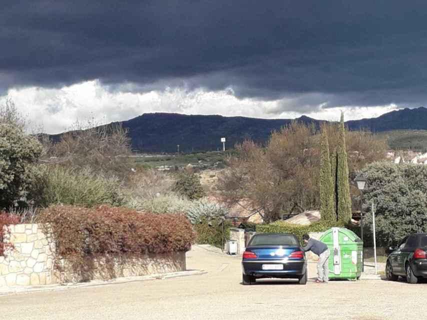 A lo largo de toda la mañana, un coche permanece aparcado con su dueño dentro vigilando la casa de los líderes de Podemos.