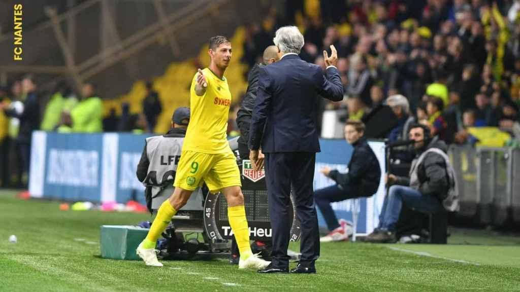 El entrenador del Nantes felicita a Emiliano Sala en un partido. Foto: Twitter (@FCNantes)