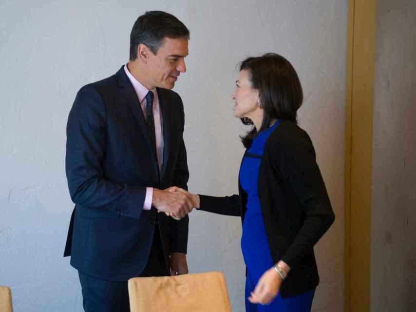 El presidente del Gobierno, Pedro Sánchez, junto a la jefa de operaciones de Facebook, Sheryl Sandberg.