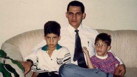 Wilmer Guaidó -en el centro- junto a sus dos hijos mayores. A la izquierda, el autoproclamado presidente de Venezuela, Juan Guaidó