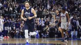 Luka Doncic celebra con los Dallas Mavericks