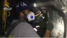 Uno de los mineros trabajando en el túnel