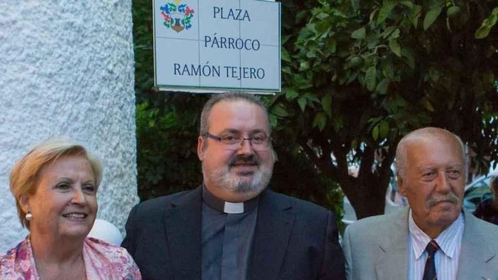 El párroco de Totalán, en una imagen con su madre y su padre, el golpista Antonio Tejero