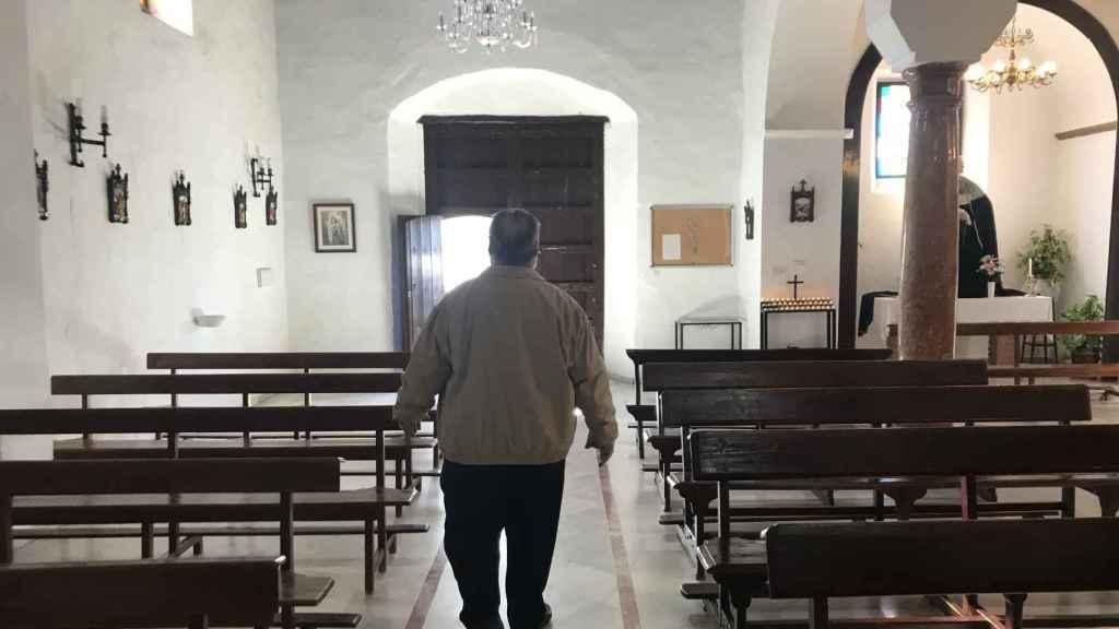 El sacerdote Tejero saliendo este domingo de la iglesia de Santa Ana en Totalán.