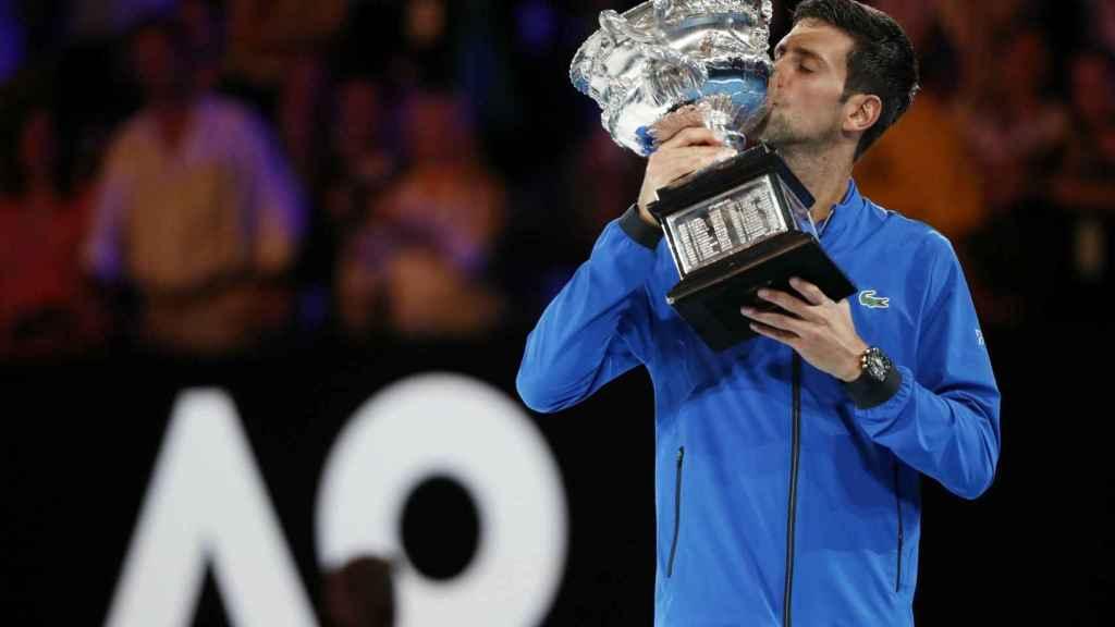 Djokovic, con el título de campeón del Abierto de Australia.
