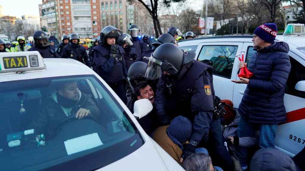 La Policía interviene ante el corte de la Castellana en plena huelga del taxi en Madrid.
