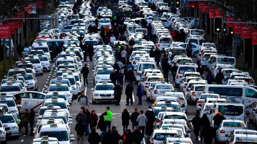 Los taxistas bloquean el paseo de la Castellana.