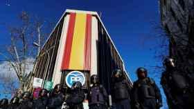 Antidisturbios de la Policía protegen la sede del PP en Génova este martes.