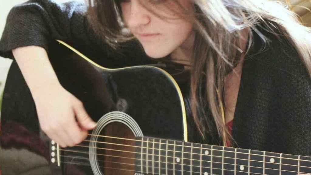 Eva, tocando la guitarra en una fotografía que subió a las redes sociales.
