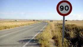 Señal de tráfico que indica prohibición de circular a más de 90 km/h