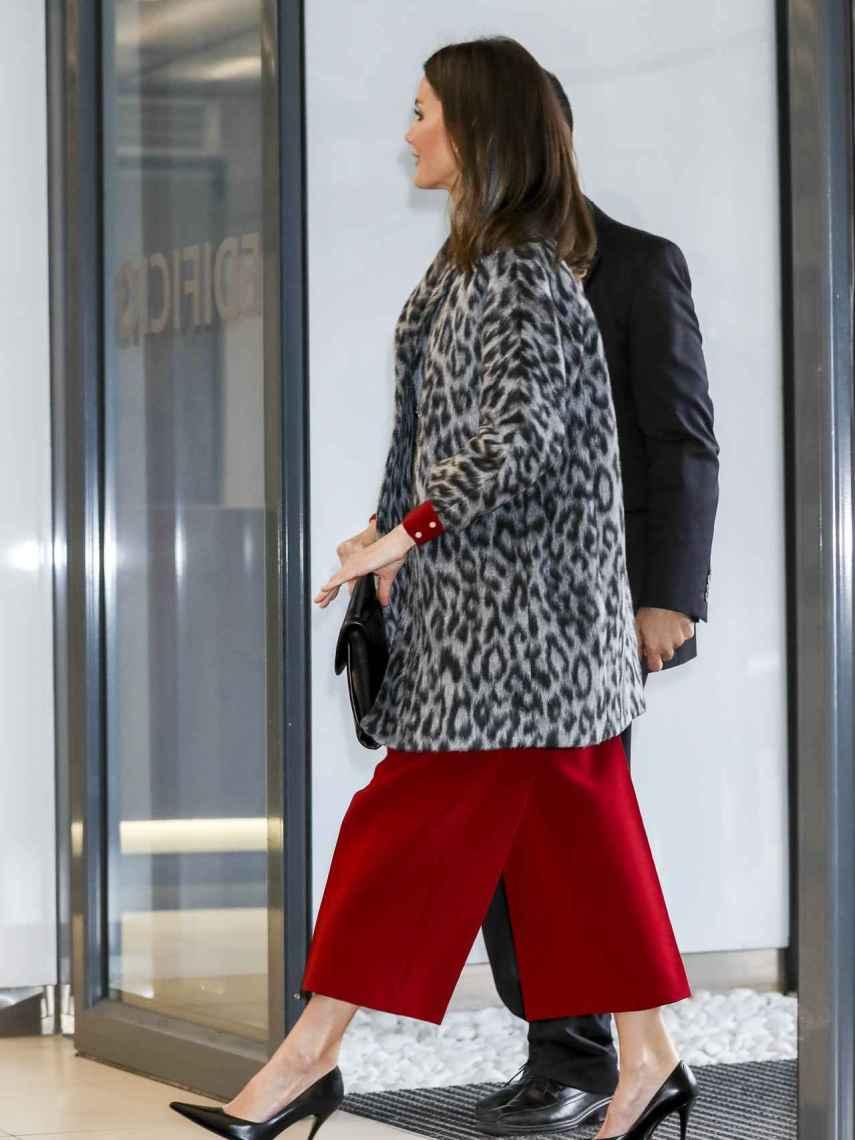 La reina Letizia con abrigo de 'animal print'.