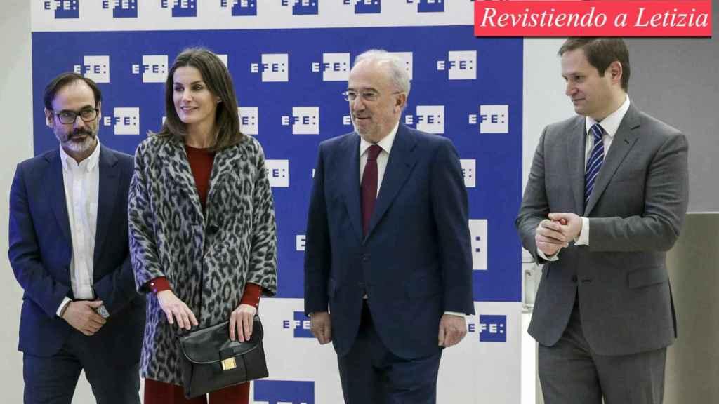 De izquierda a derecha: Fernando Garea, presidente de EFE, la reina Letizia, Santiago Muñoz Machado, director de la RAE y Paul Tobin, director de comunicación del BBVA en la sede de la Fundéu BBVA.