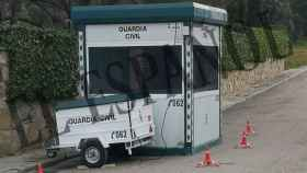La  garita de vigilancia 24 horas al día la Guardia Civil junto a la casa de Iglesias y Montero.