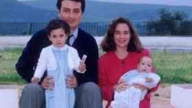 Alberto Jiménez Becerril y su esposa, Ascensión García Ortiz, con dos de sus tres hijos