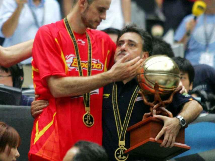 Pepu, emocionado tras la final del Mundial de 2006 junto al entonces capitán Carlos Jiménez.
