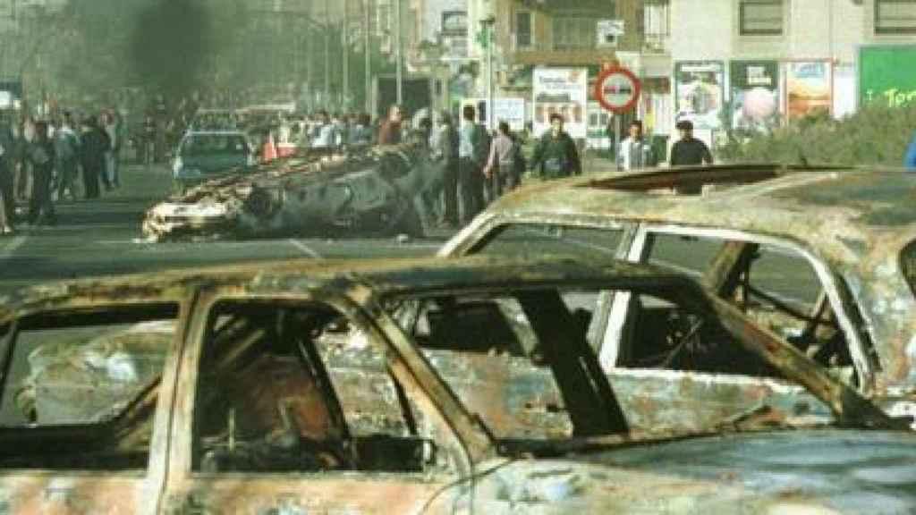 Vecinos de El Ejido durante la violenta protesta que produjo multitud de destrozos el 7 de febrero de 2000.
