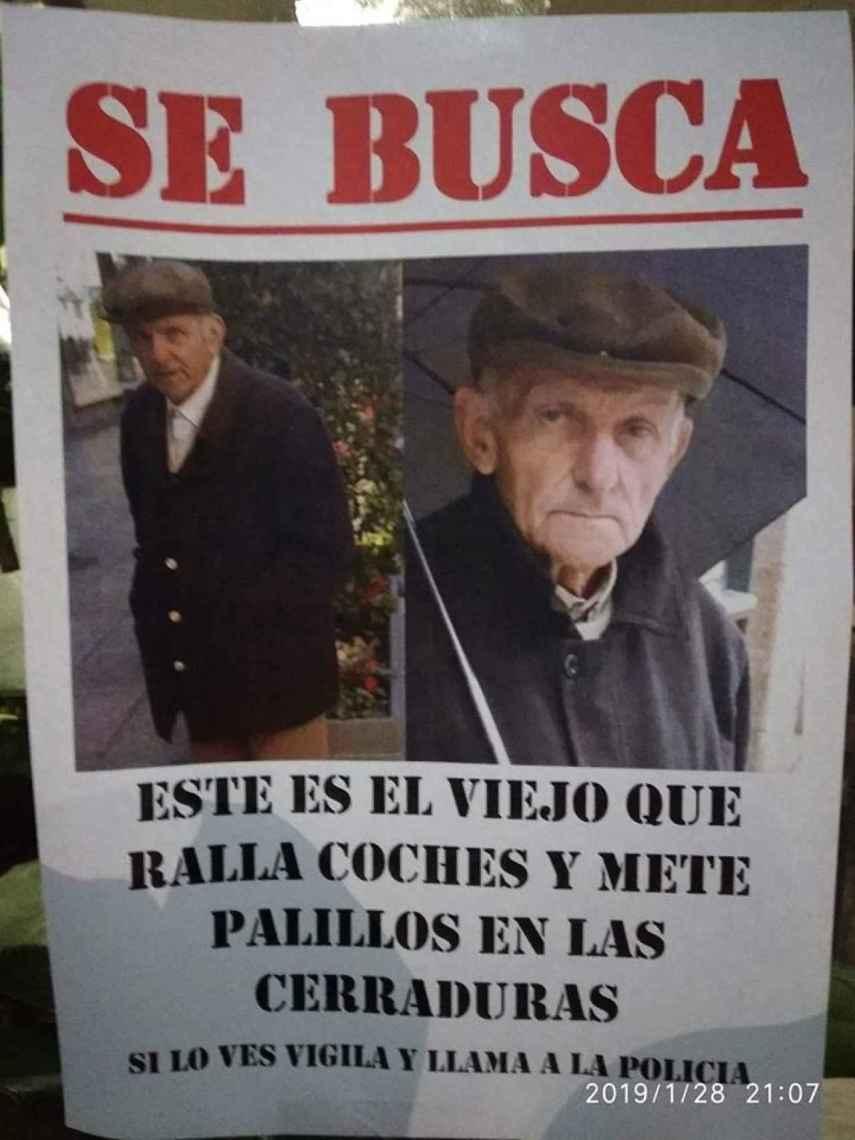Uno de los carteles colocados en Vigo estos días para avisar de los ataques del anciano.