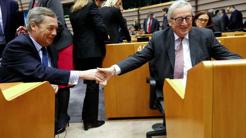 Juncker saluda al euroescéptico Nigel Farage en la Eurocámara