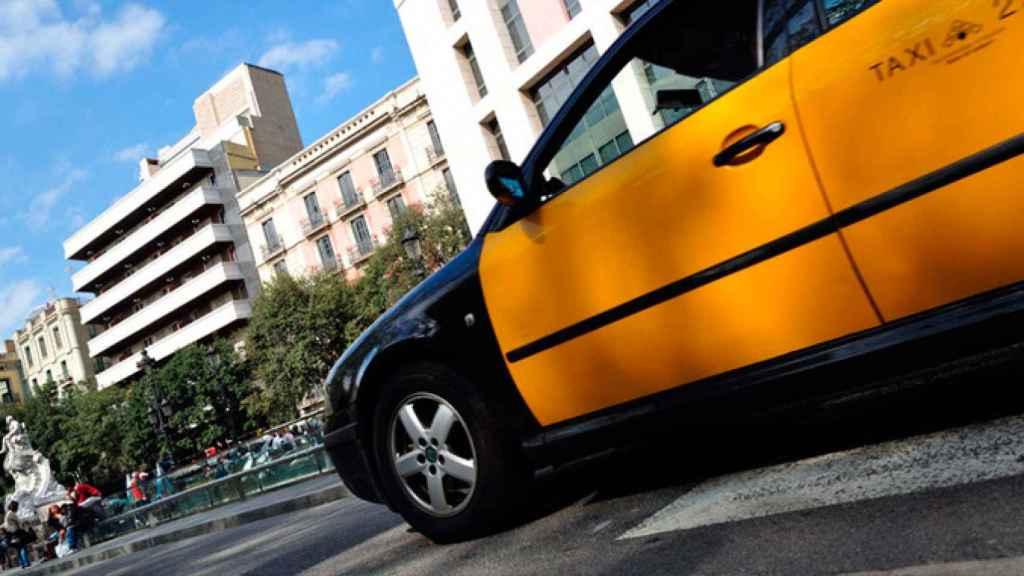 Un taxi de Barcelona circulando por la ciudad.