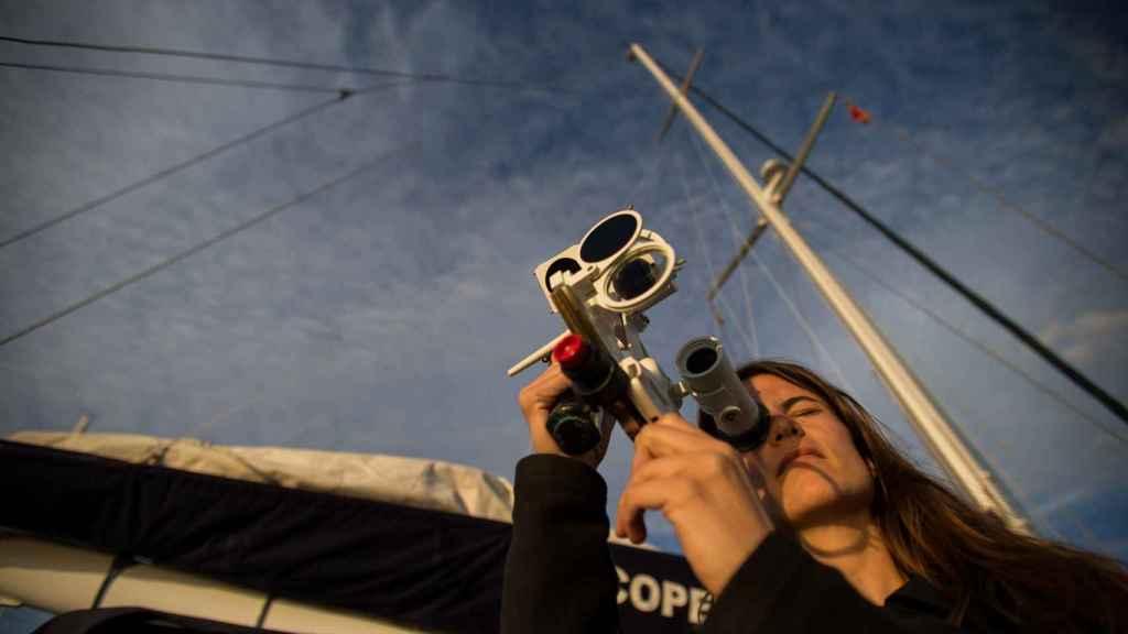 Paula con un sextante, momentos antes de partir desde Puerto Sherry.