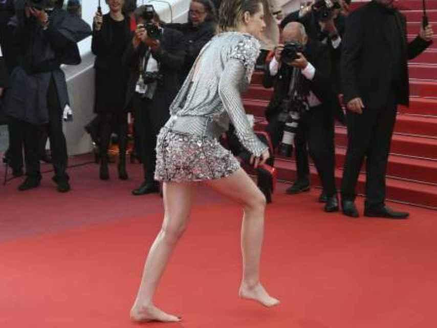 Kristen Stewart en Cannes quitándose los tacones para contradecir la tiranía de la belleza.
