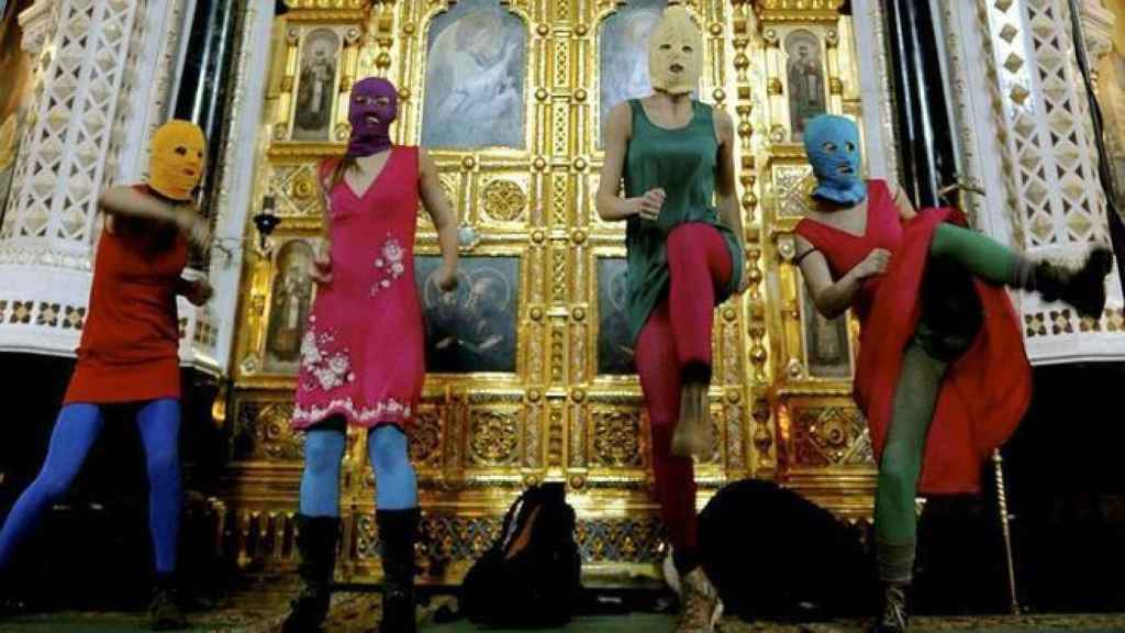 Las Pussy Riot, durante su irrupción en la Catedral de Cristo Salvador.