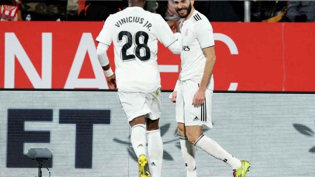 Benzema y Vinicius celebran un gol del Real Madrid ante el Girona