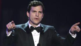 Ashton Kutcher filtra su propio número de teléfono en redes sociales