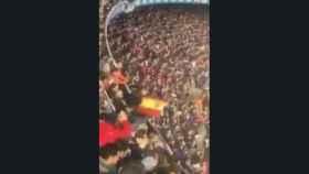 Un aficionado saca la bandera de España en el Camp Nou