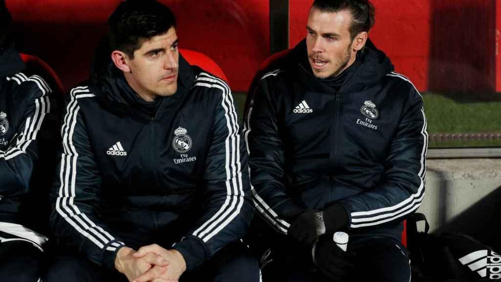 Gareth Bale y Courtois, en el banquillo