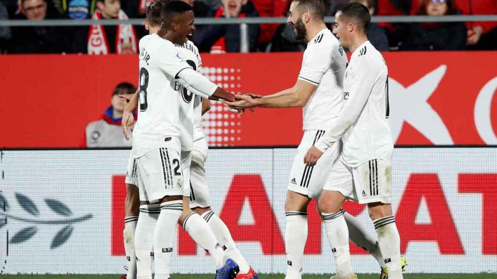 Benzema celebra con los jugadores del Real Madrid su gol ante el Girona