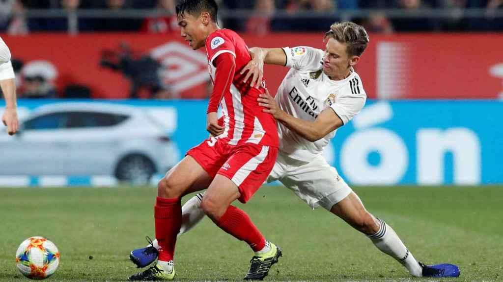 Seung-Ho Paik y Marcos Llorente pelean por el balón