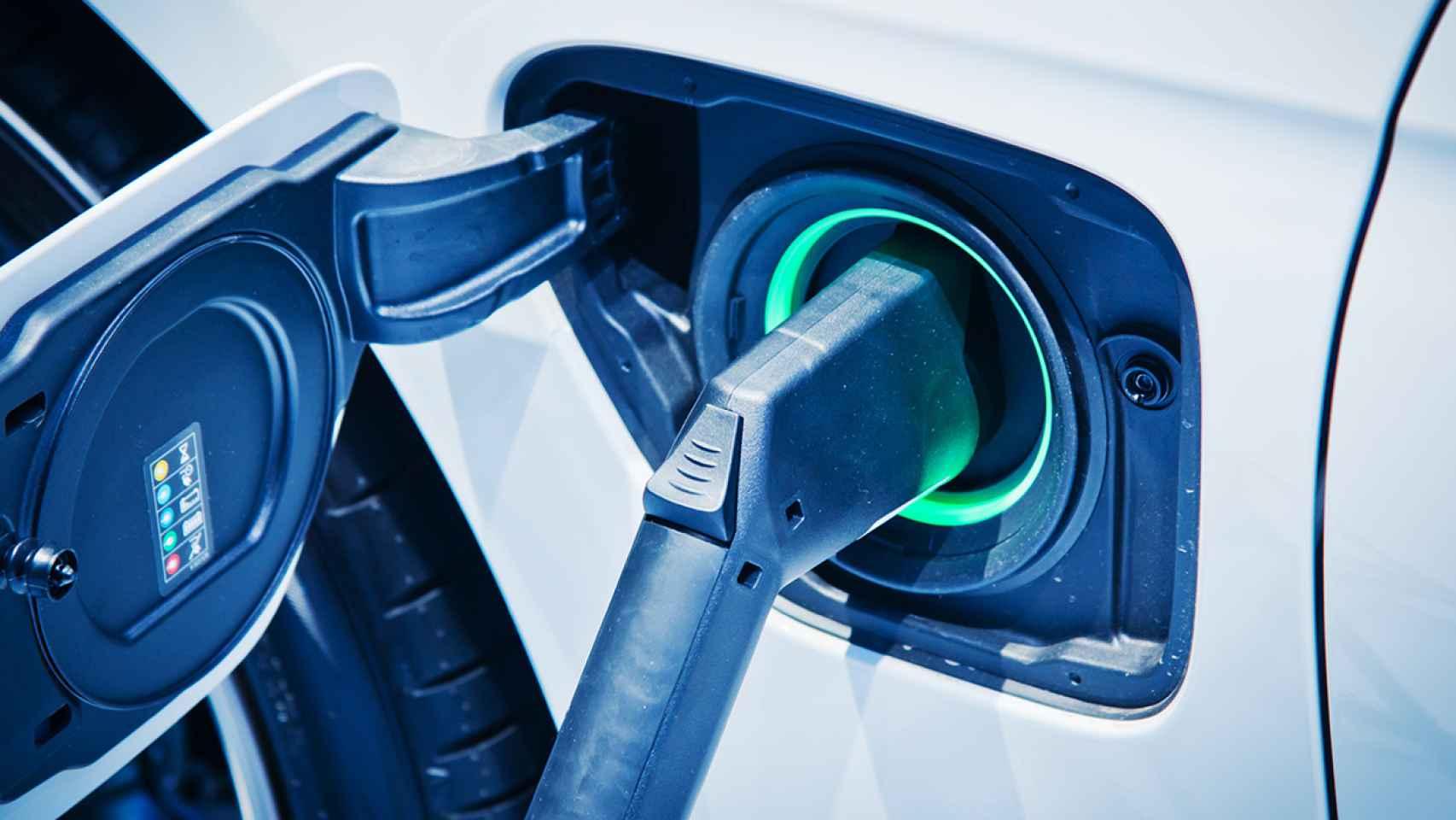 Imagen de un coche eléctrico cargando.