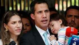 Juan Guaidó junto a su mujer y su hija a las puertas de su domicilio.