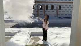 Una mujer lanza agua hirviendo al aire y se congela al instante.