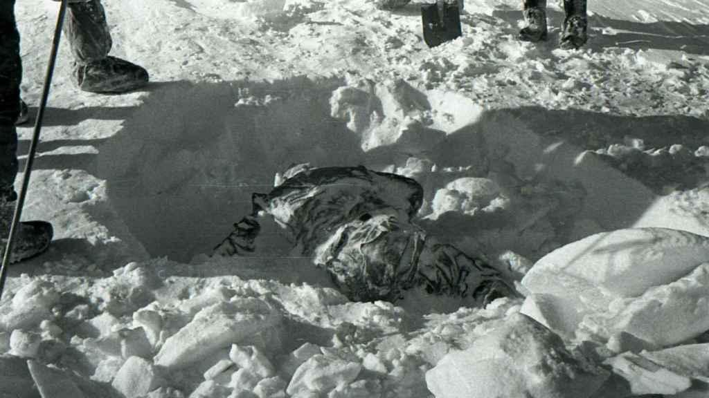 Uno de los rescates de los cuerpos bajo la nieve