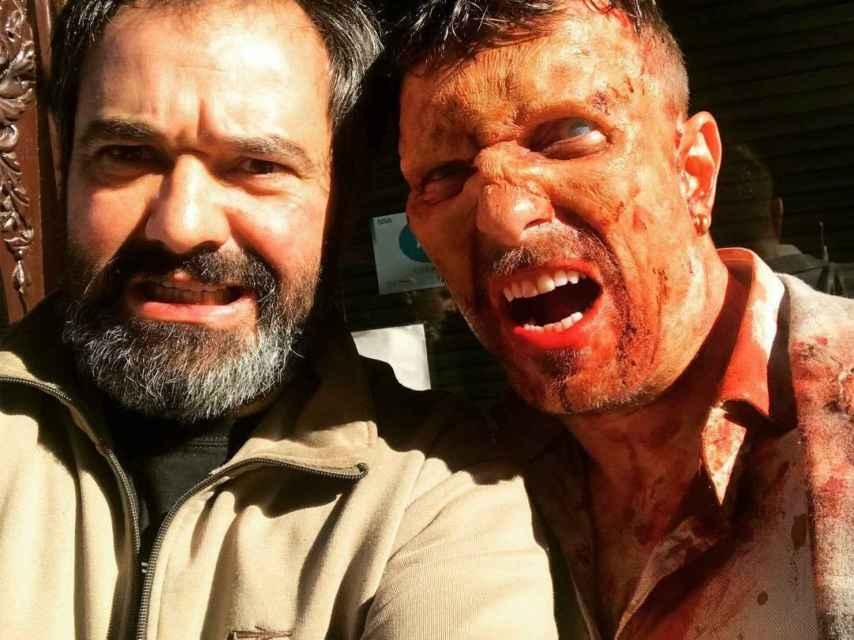 Antonio Pardo junto a uno de los zombies de la producción.