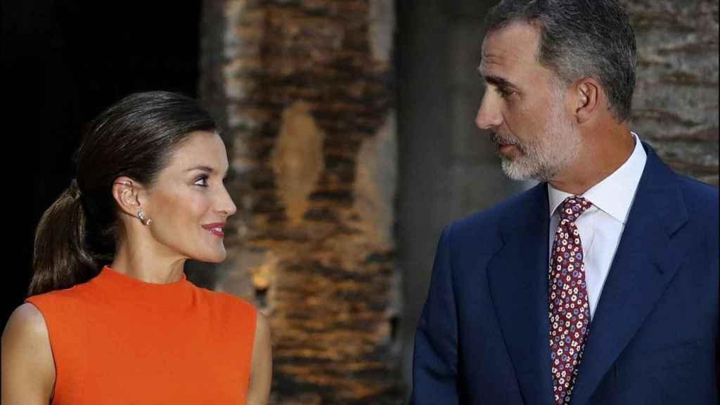 Letizia mira enamorada a Felipe VI.