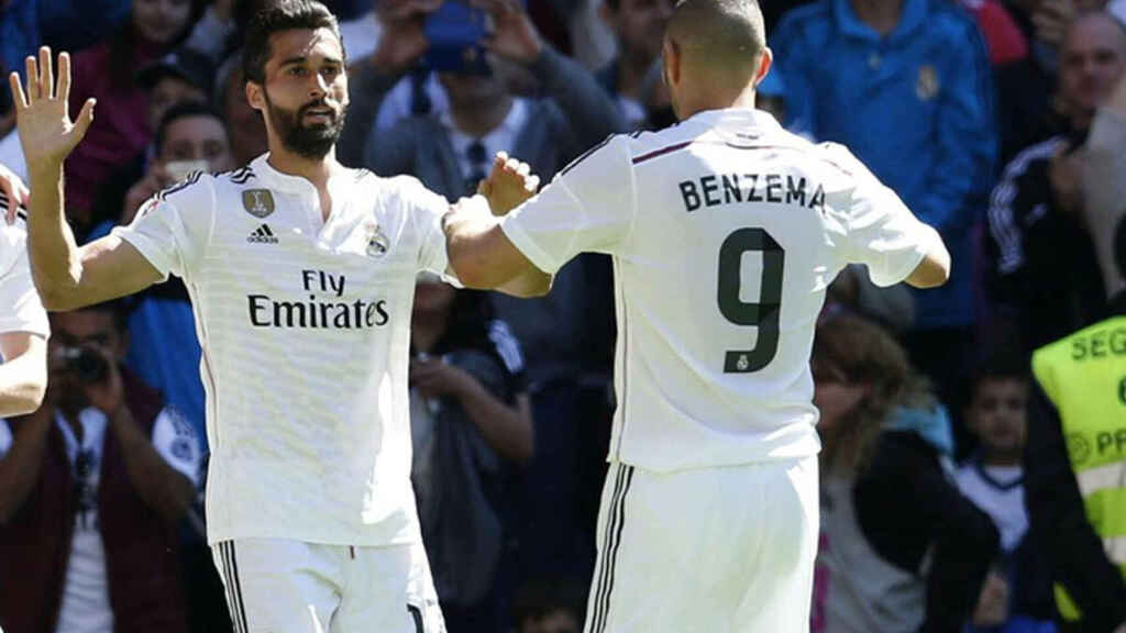 Arbeloa y Benzema celebrando un gol con el Madrid