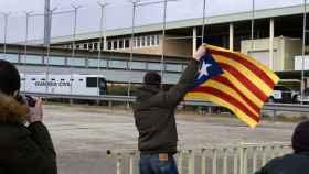 Un hombre ondea una estelada a la llegada del autobús de la Guardia Civil que traslada al exvicepresidente  Oriol Junqueras.