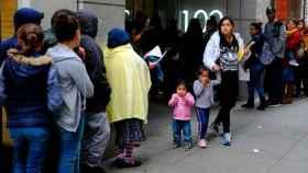 Inmigrantes esperando afuera del tribunal de inmigración en San Francisco.