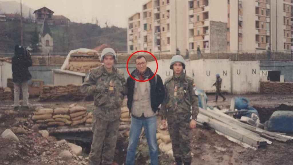 Arturo Pérez-Reverte en Bosnia en 1993 junto a dos 'cascos azules' españoles.